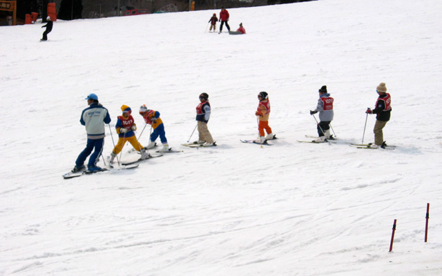 Skiing classes for kids by Dom Pates on Flickr https://flic.kr/p/49zDnu