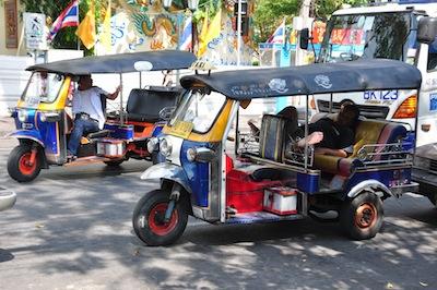 Tuk Tuk along Khao San Road, Bangkok by eric molina via https://www.flickr.com/photos/iamagenious/4283911145/