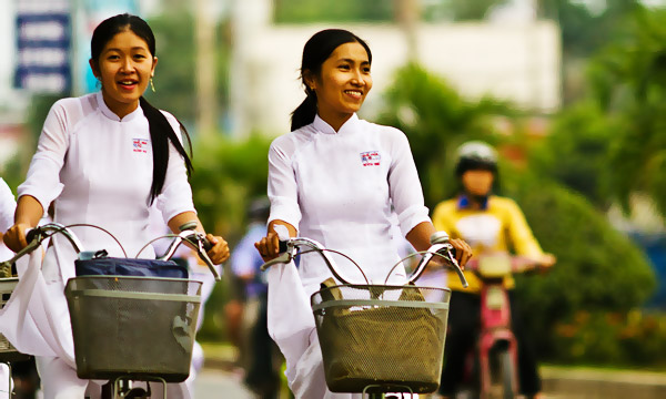 Girls in Ao Dai on bicycle by Edgie168 via https://www.flickr.com/photos/the-edge/4280481383/