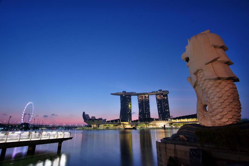 Marina Bay Sands shot from Merlion Park by HC Shi on unsplash.com/photos/EDIc2YMOjU0